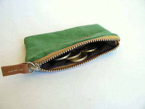 mostrando monedero verde