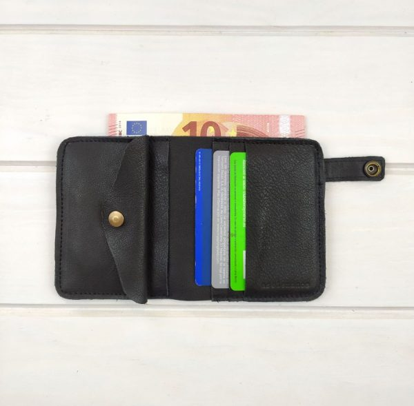 cartera llena con tarjetas y billete