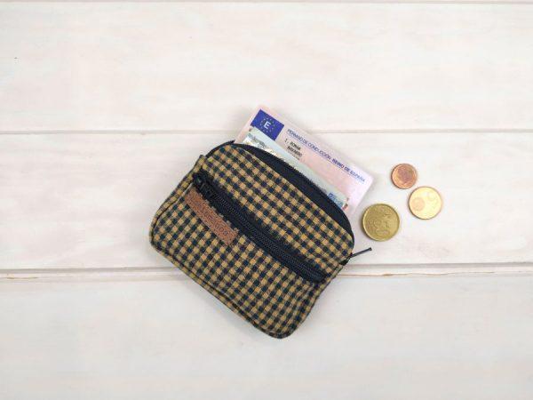 aseismanos small wallet showing capacity