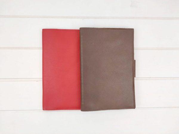 mostrando colores disponibles de la funda de piel para cuaderno aseismanos