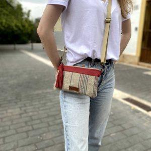 Chica con el bolso colgado al hombro