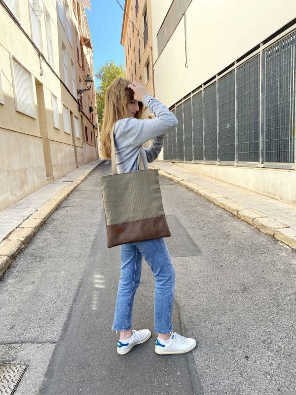 girl wearing aseismanos tote bag