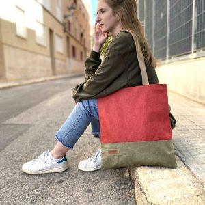 chica sentada con bolso al hombro