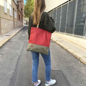 chica de pie con el bolso al hombro