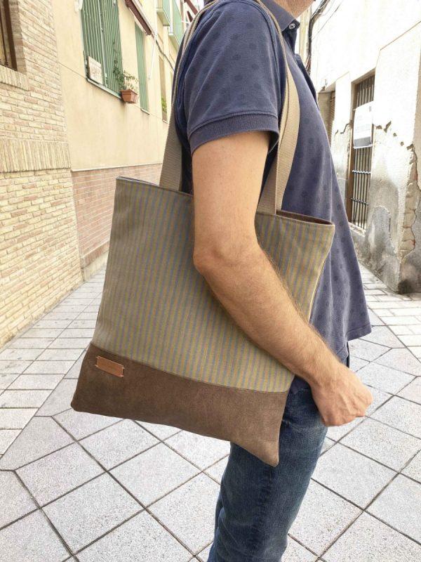 Man wearing aseismanos tote bag
